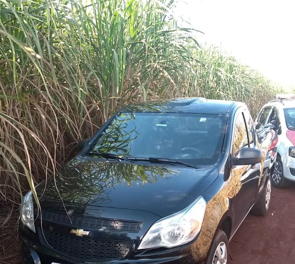 Carro utilizado pela quadrilha foi abandonado em um canavial na zona rural de São Manuel — Foto: Polícia Civil de São Manuel/Divulgação