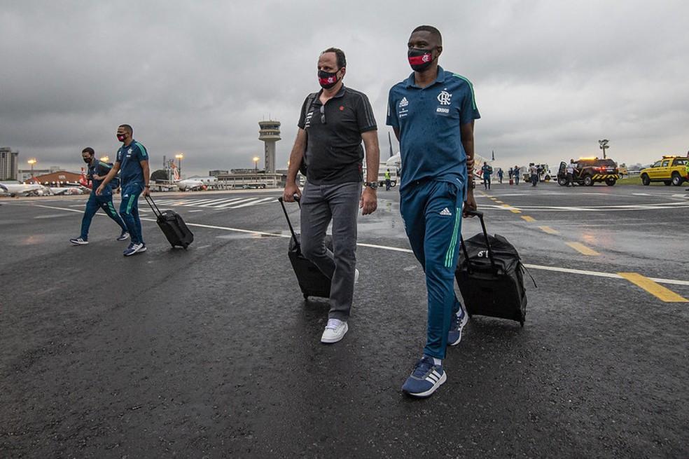 Rogério e Juan: desembarque sempre na pista, sem passar por áreas comuns dos aeroportos — Foto: Alexandre Vidal / CRF