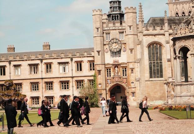 Passeio guiado pela universidade de Cambridge (Foto: EFE)