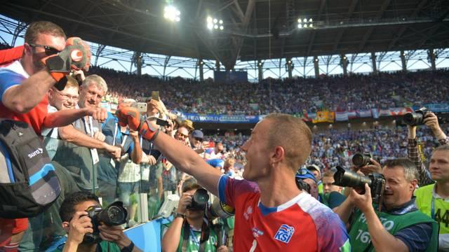 Halldórsson, goleiro da Islândia, sai saudado pela torcida