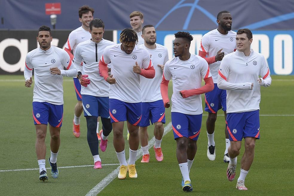 Jogadores do Chelsea em atividade no Ramón Sánchez Pizjuán, em Sevilha — Foto: AFP