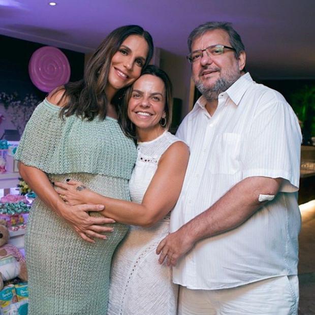 Ivete Sangalo com Cynthia Sangalo e Rick Sandias (Foto: Reprodução)