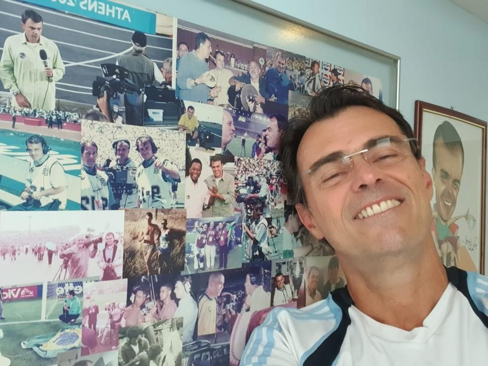 Tino Marcos ao lado de mural em sua casa com vários momentos vividos na TV Globo — Foto: Arquivo Pessoal