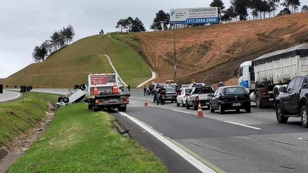 Capotamento deixa pessoa gravemente ferida em rodovia de São Roque  — Foto: Rafael Barros/Arquivo pessoal