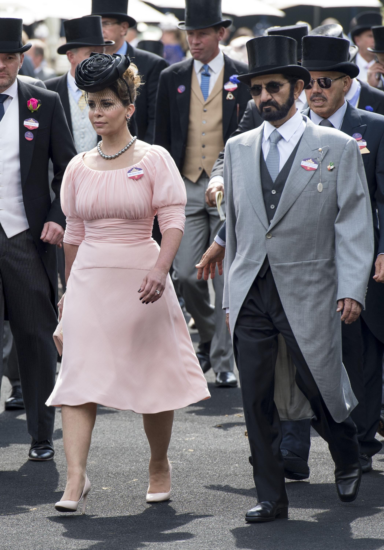 A princesa Haya, o segurança Russell Flowers (ao fundo, com uma flor azul na lapela) e o xeque Mohammed (Foto: getty)