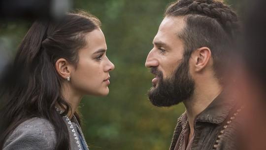 Constantino, personagem de José Fidalgo, questiona Catarina sobre casamento indesejado