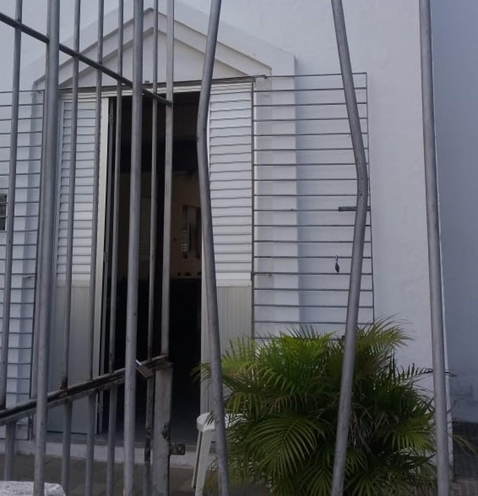 Grade da Capela de Santa Edwiges foi danificada pelos ladrões, no arrombamento ocorrido na madrugada deste domingo (27), no Recife — Foto: Thalita Marques/ WhatsApp