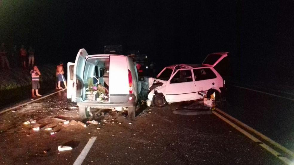 Um dos carros fez uma ultrapassagem proibida e provocou o acidente, segundo a PRF (Foto: Divulgação/PRF)