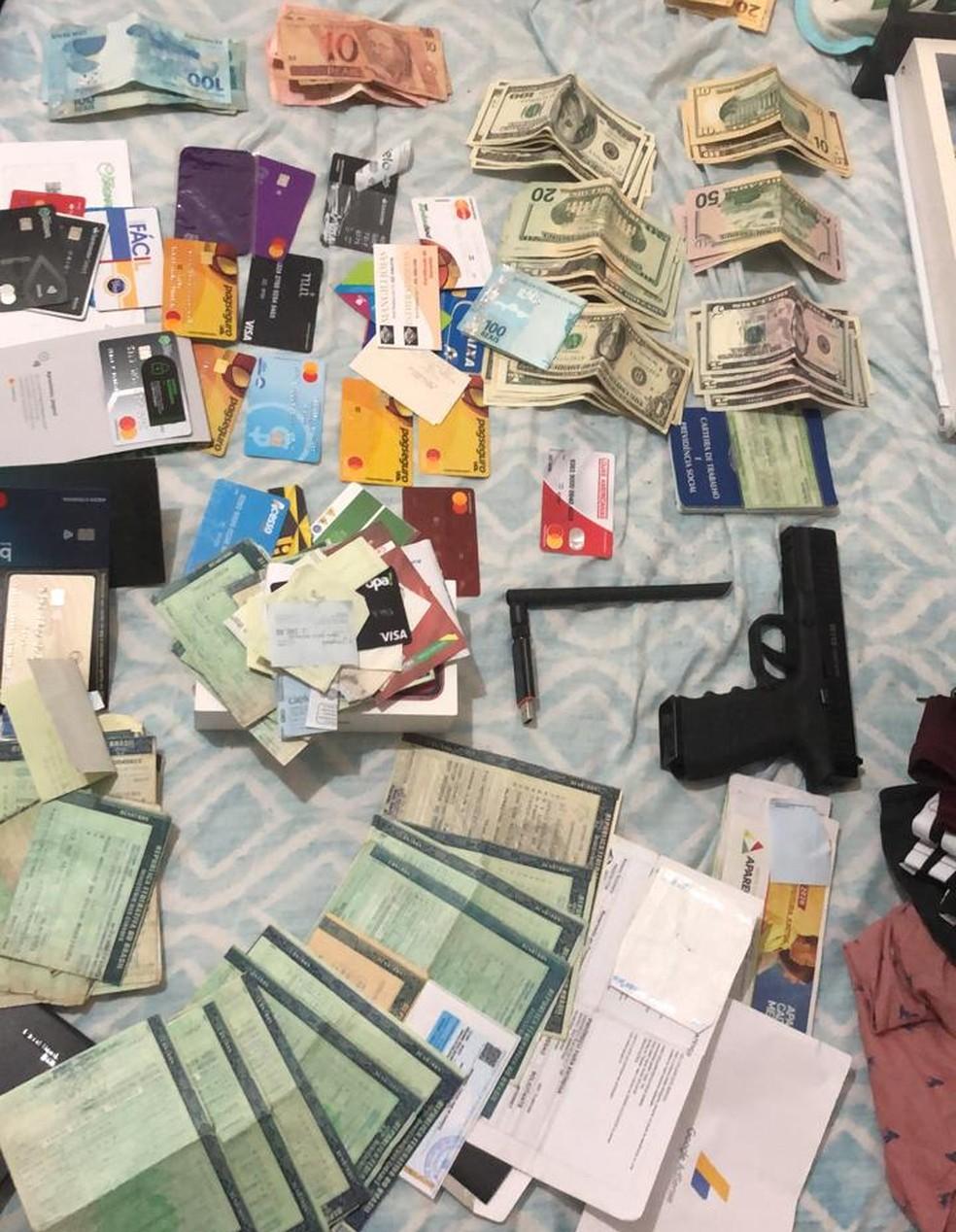 Documentos, cartões, arma e dinheiro apreendidos na Bahia, durante Operação 404 do Ministério da Justiça — Foto: Arquivo pessoal
