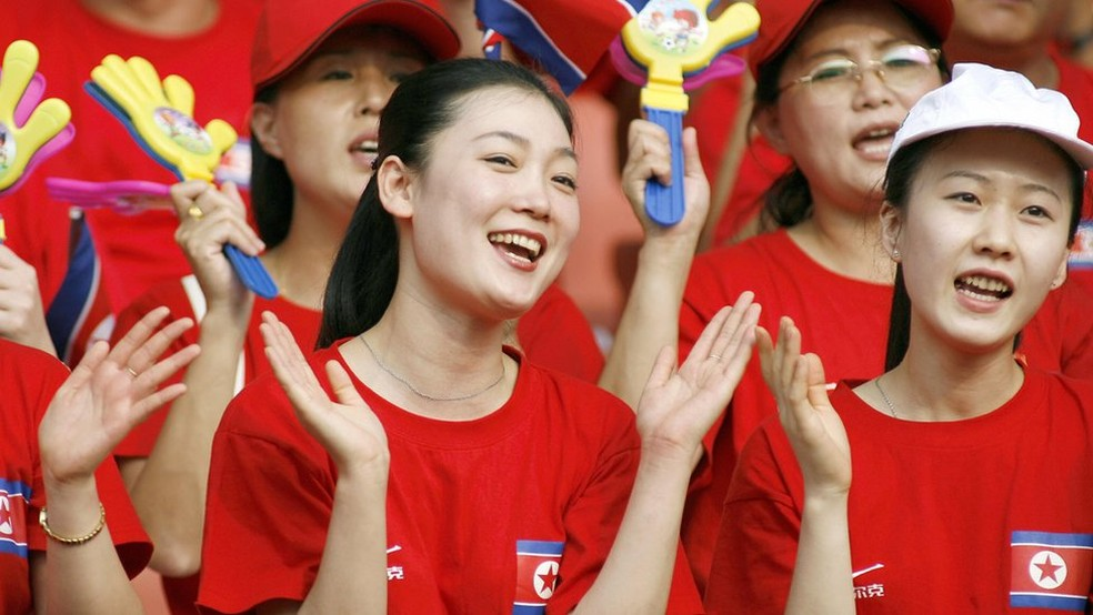 -  O grupo de cheerleaders da Coreia do Norte, nesta foto em atuação na China, vai se apresentar nos Jogos de Inverno da Coreia do Sul  Foto: Getty Imag