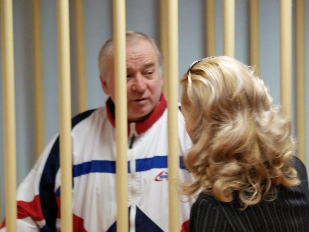 Sergei Skripal em cela para réus durante julgamento em corte militar de Moscou, em 2006 (Foto: Yuri Senatorov/Kommersant/Reuters)