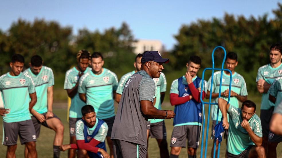 Roger Machado com jogadores em treino do Fluminense — Foto: Lucas Merçon FFC