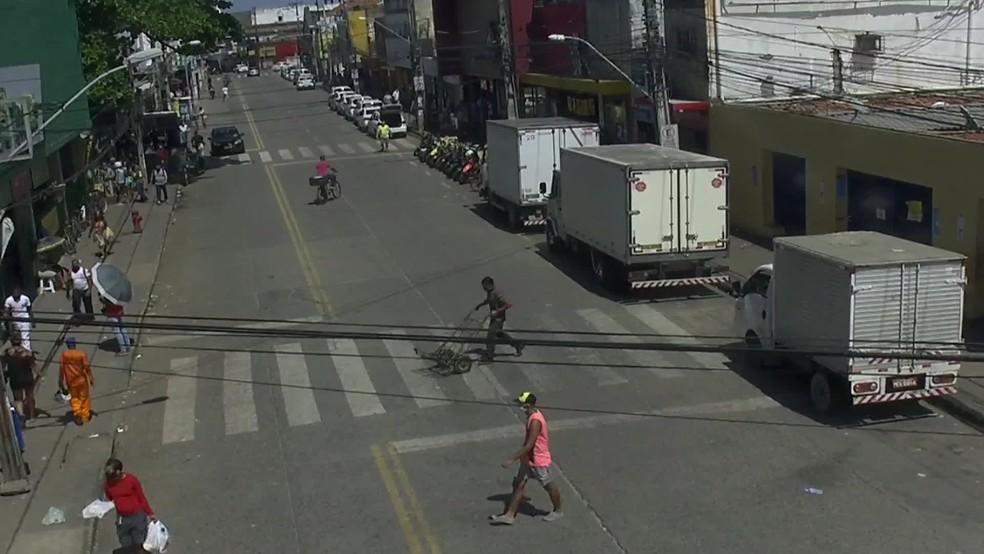 Pessoas circulam por rua no bairro de Afogados, no Recife, nesta segunda (11) — Foto: Reprodução/TV Globo