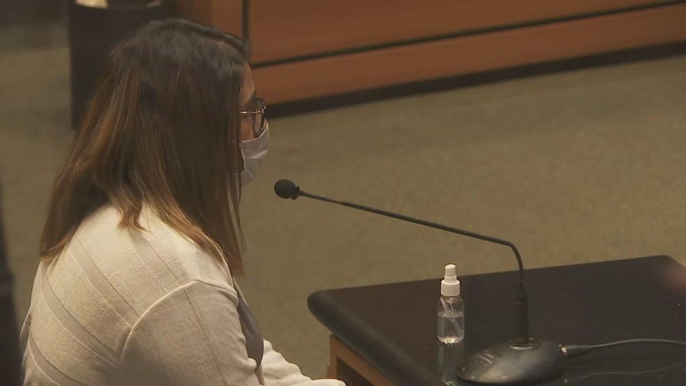 Babá de Henry Borel, Thayná Oliveira Ferreira, prestou depoimento no Tribunal — Foto: Reprodução / TV Globo