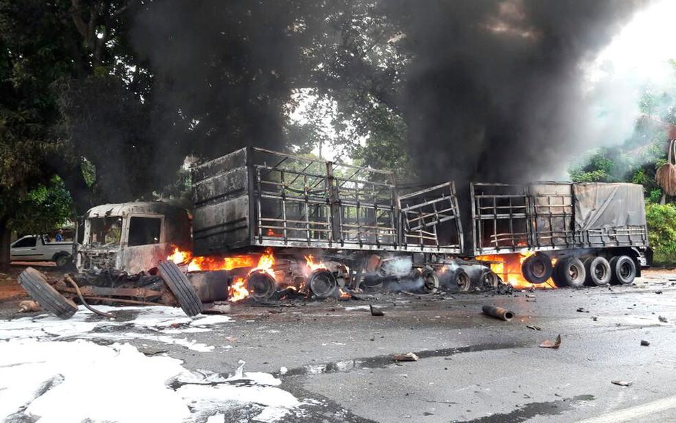 Carreta ficou destruída após o acidente na Bahia  (Foto: Ivonaldo Paiva/Blogbraga)