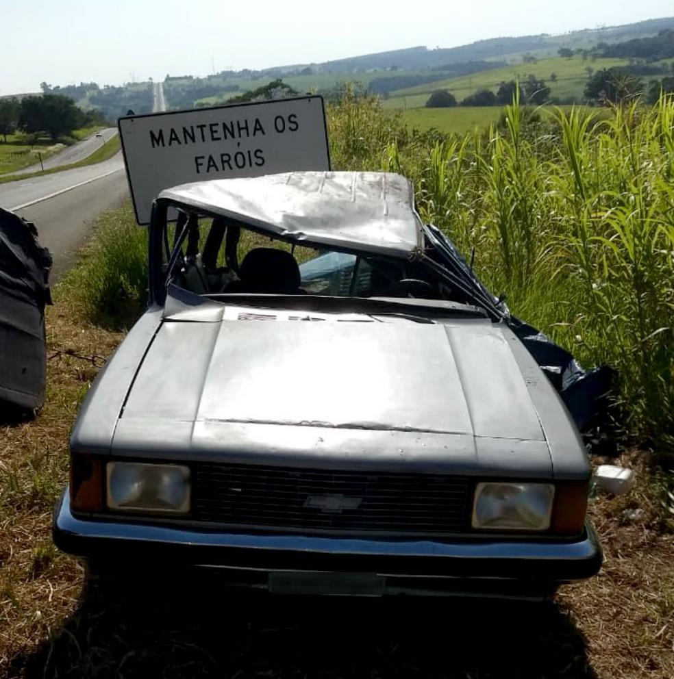 Após capotar, carro ficou com o teto afundado e foi parar no acostamento da SP-294 — Foto: Polícia Rodoviária/Divulgação