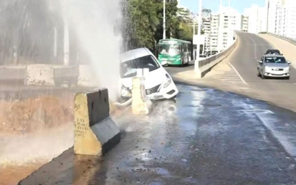 Ao cair em buraco de obra na Av. ACM, carro atingiu tubulação e houve vazamento — Foto: Reprodução/TV Bahia