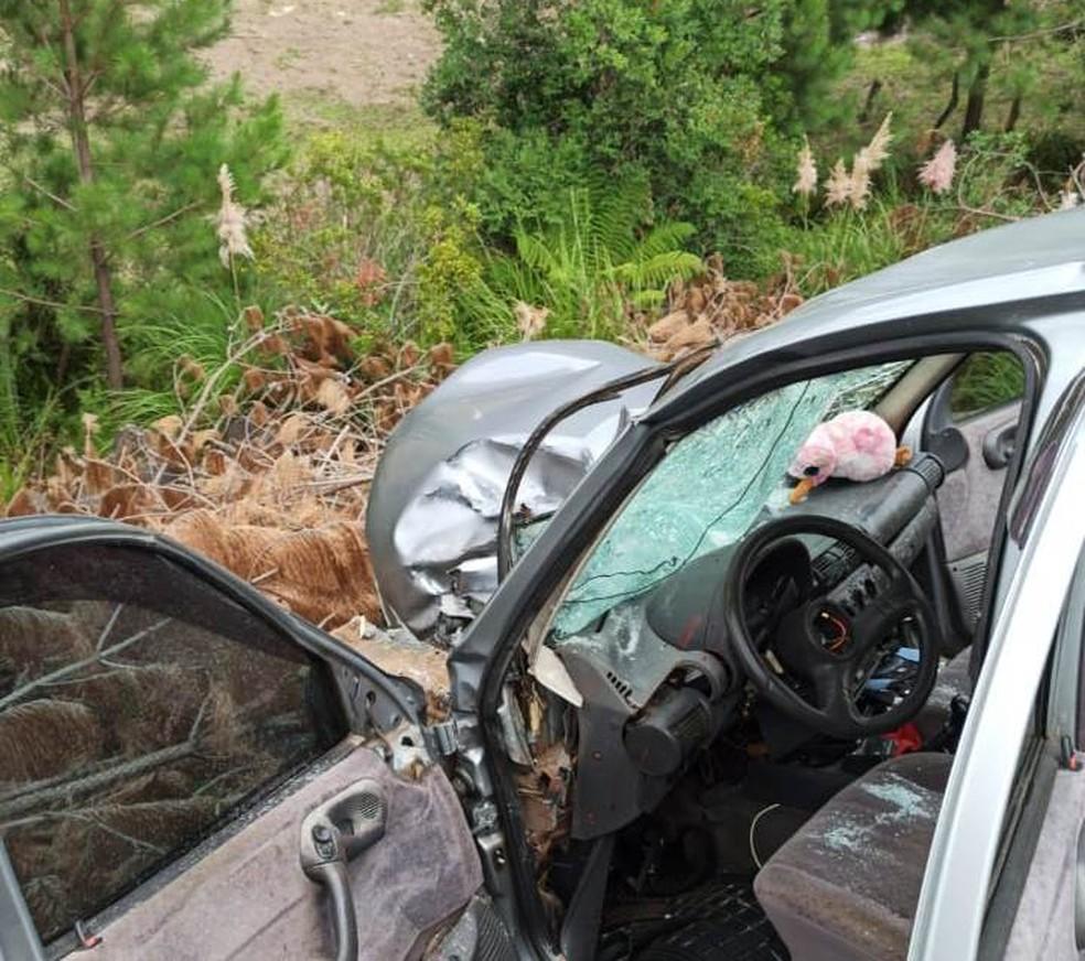 Casal que estava no carro ficou ferido após colisão — Foto: Corpo de Bombeiros Militar de Lages/Divulgação