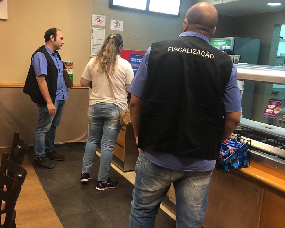 Agentes municipais fiscalizam estabelecimentos comerciais em Dracena — Foto: Prefeitura/Divulgação