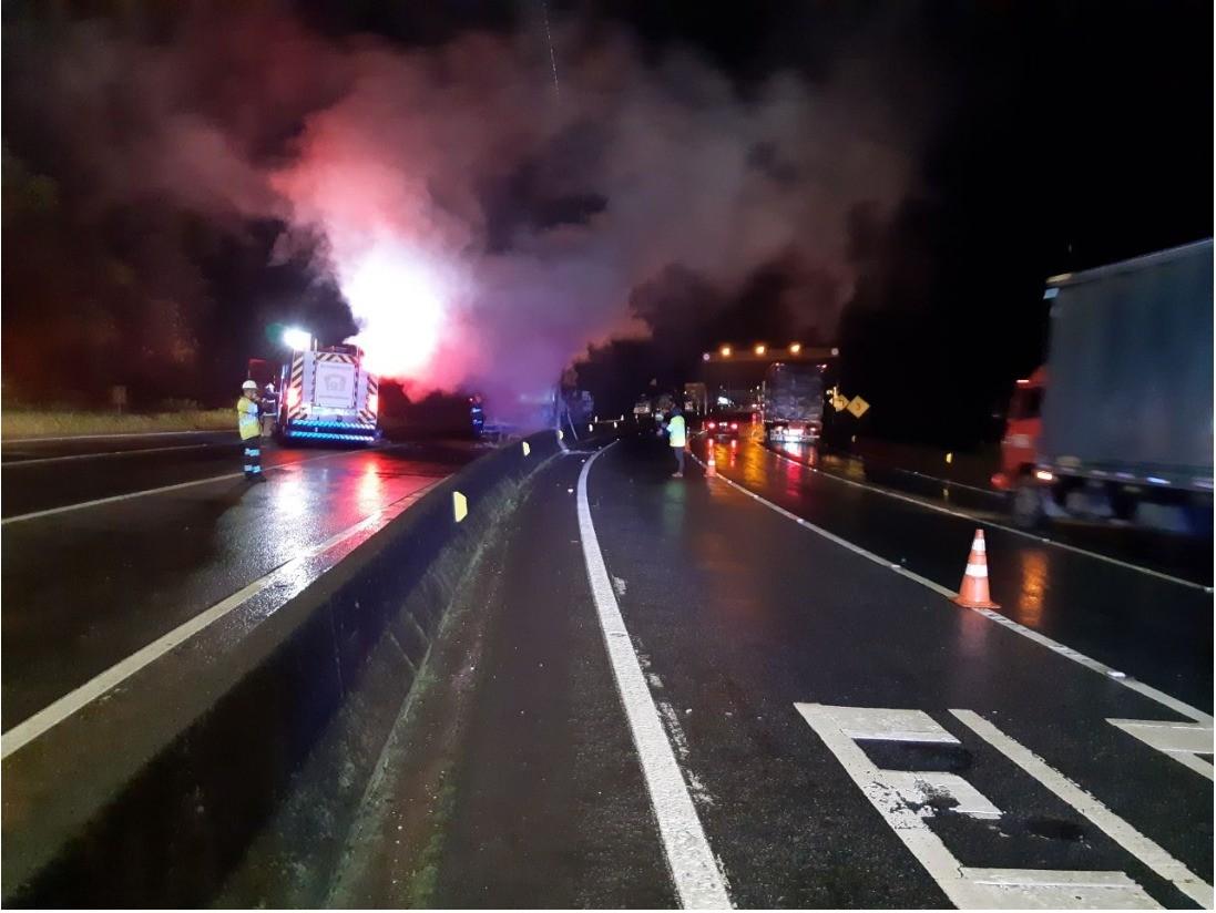 Carreta carregada com ferro bate em mureta e pega fogo na BR-376, em Guaratuba