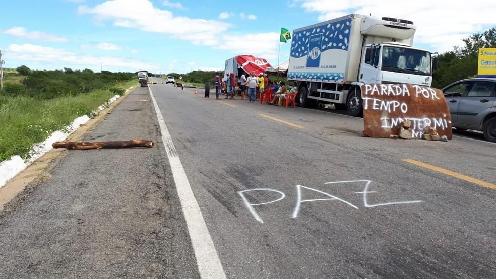 Na BR-427, em Caicó, caminhoneiros seguem mobilizados (Foto: Sidney Silva)
