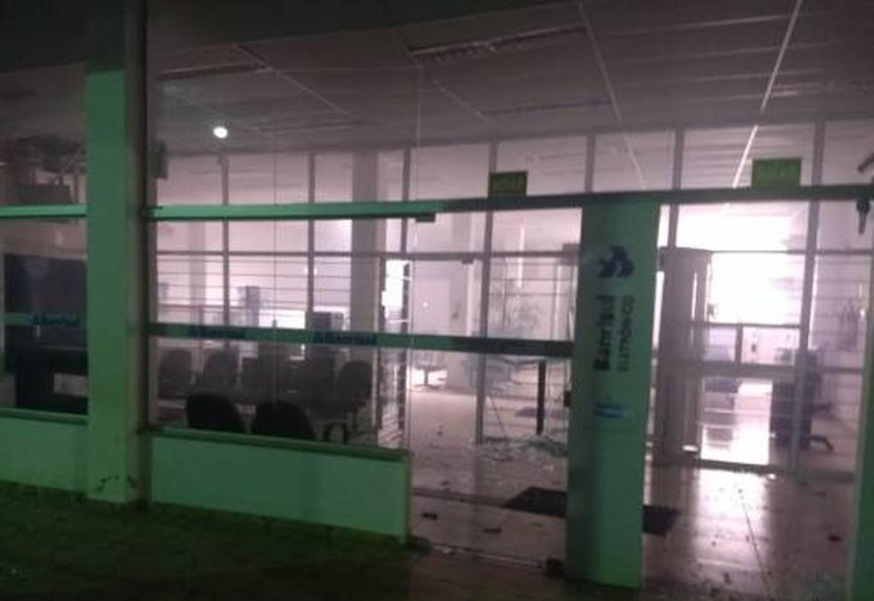 Quatro homens armados explodiram a agência bancária por volta das 2h da madrugada.  â?? Foto: Observador Regional/Divulgação