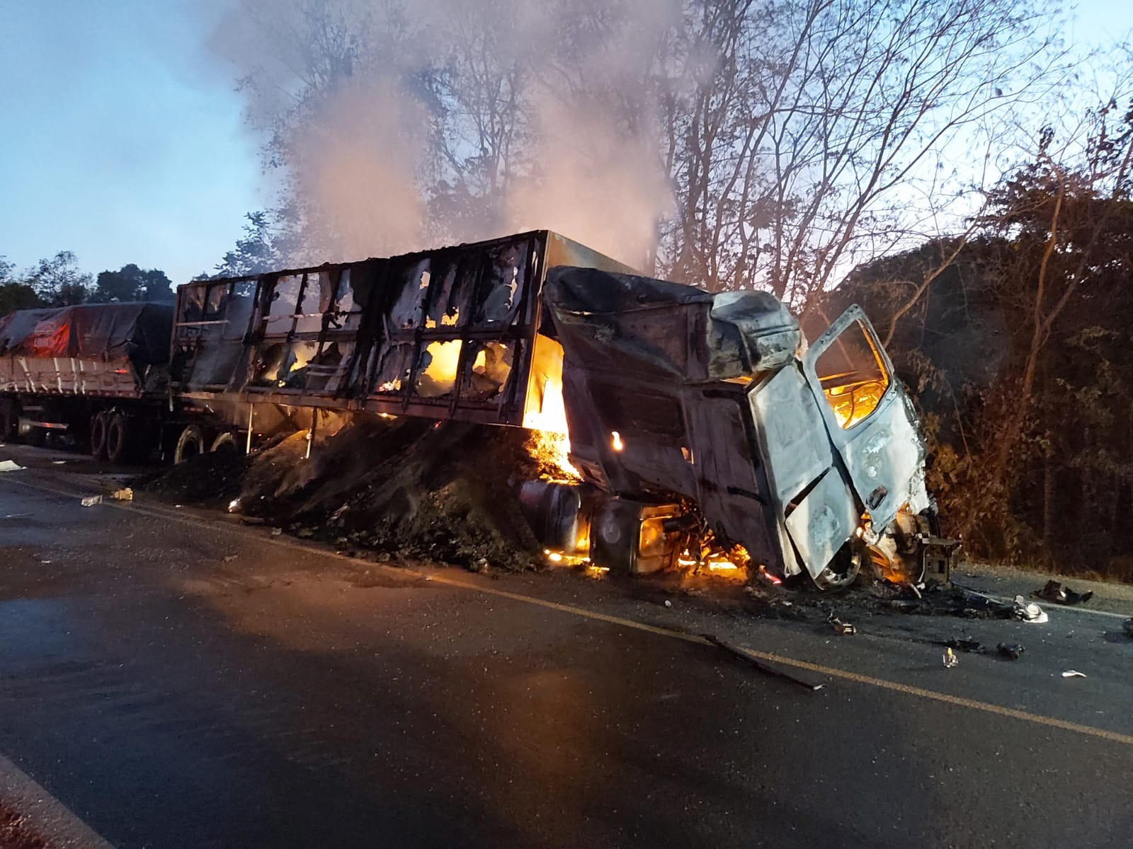 Motorista de caminhão morre carbonizado após batida com cinco veículos na BR-153; VÍDEO