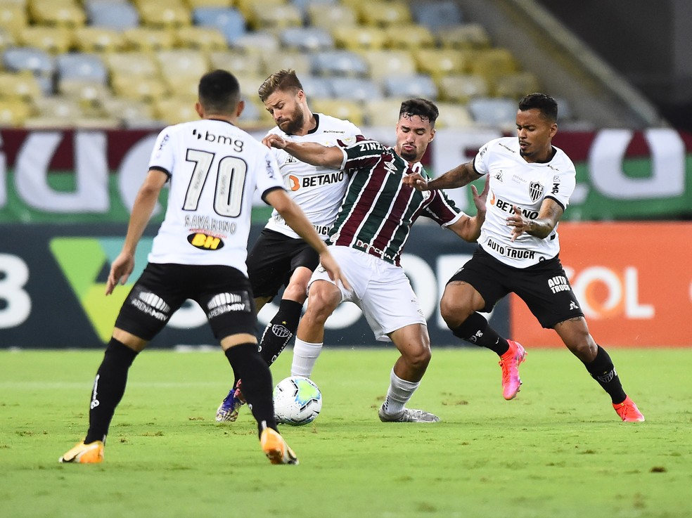 Martinelli cercado por Savarino, Sasha e Allan em Fluminense x Atlético-MG — Foto: André Durão