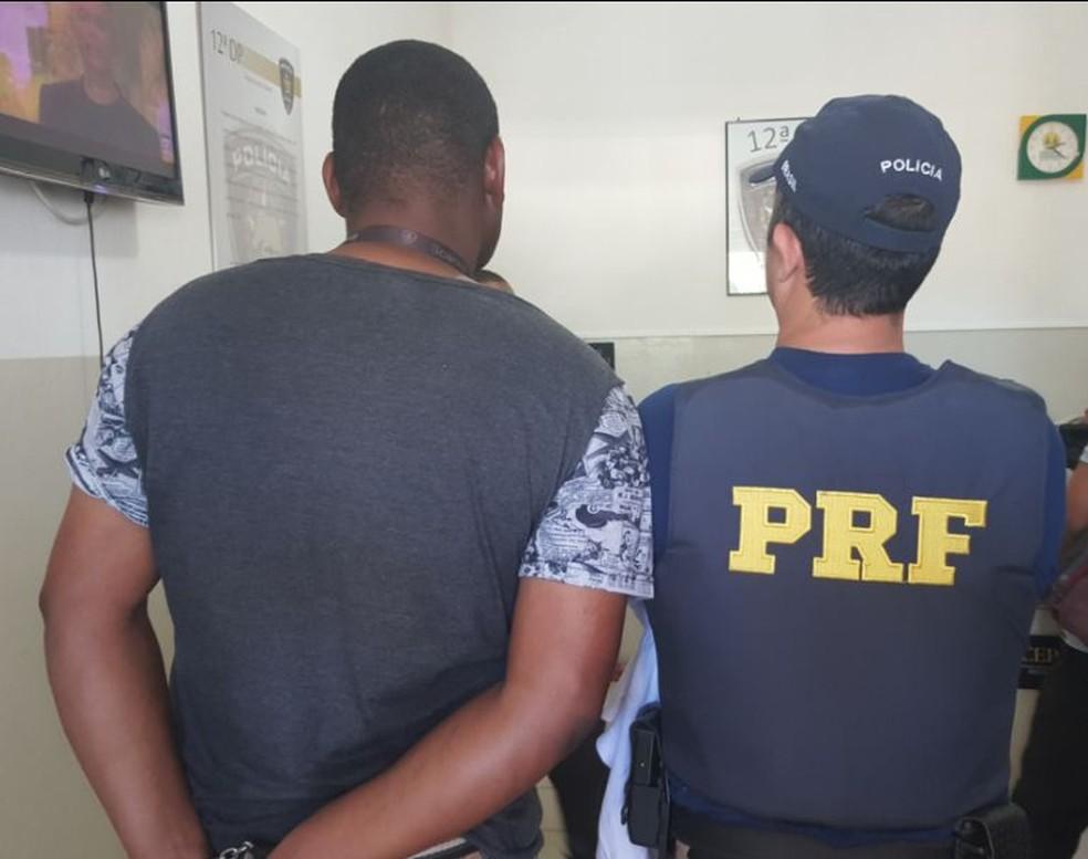 Homem foi preso de passando por funcionário da Cosern (Foto: Divulgação/PRF)