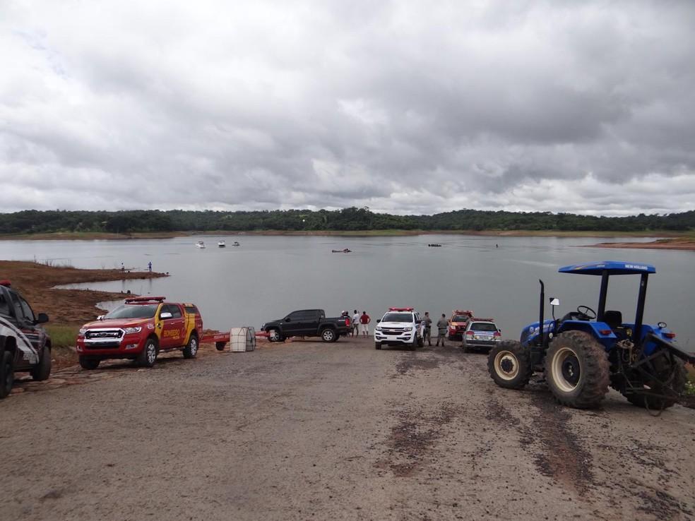 Bombeiros fazem buscas após helicóptero cair no Lago Corumbá, em Caldas Novas — Foto: Divulgação/Corpo de Bombeiros