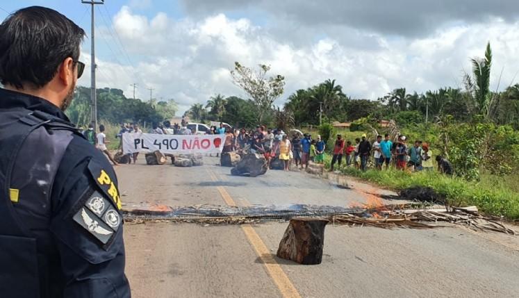 PL 490: indígenas protestam na BR-316 contra projeto que muda demarcação de terras