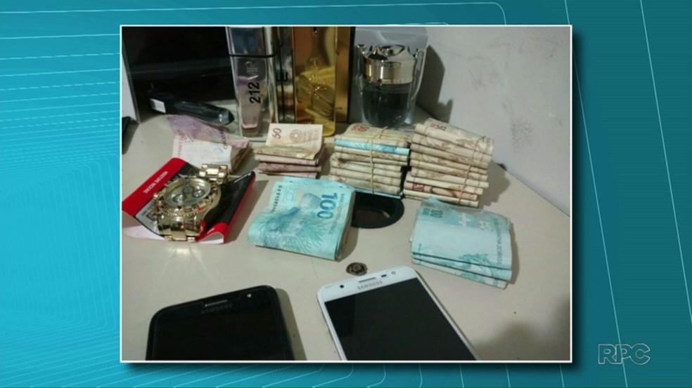 Polícia recuperou R$ 25 mil em dinheiro e R$ 15 mil em mercadorias supostamente compradas pelo grupo no dia do crime (Foto: Reprodução/RPC)