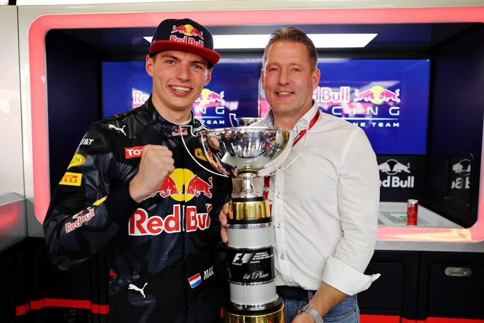 Max e Jos Verstappen após a vitória no GP da Espanha de 2016 — Foto: Getty Images