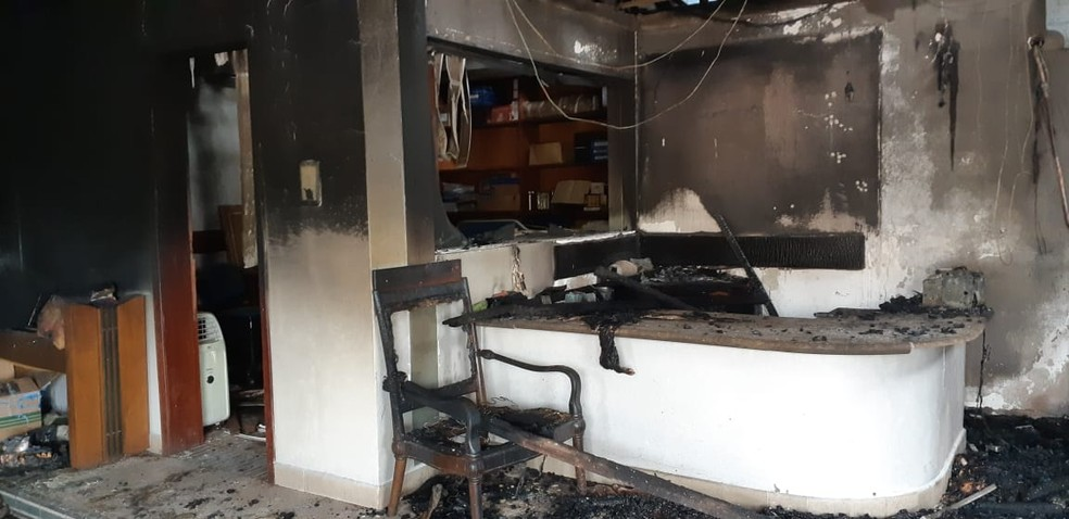 Interior da empresa foi consumido pelo fogo  — Foto: Cássia Firmino/ G1