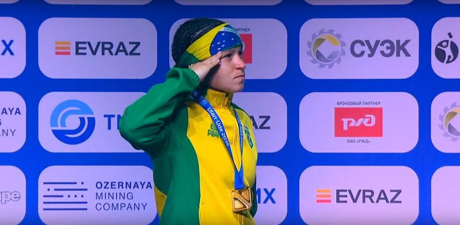 Bia Ferreira derrota chinesa por 5 a 0 e conquista o ouro no Mundial de boxe pela primeira vez