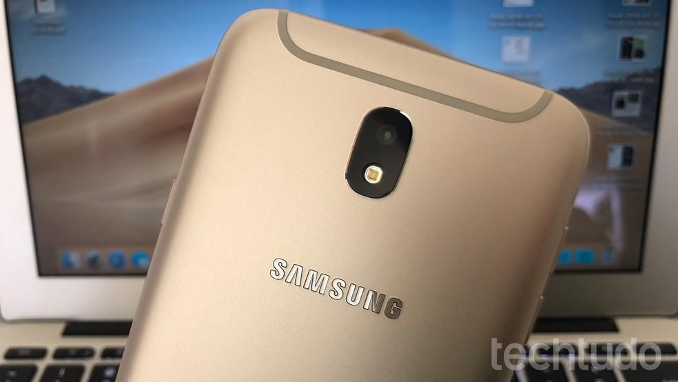 Galaxy J7 Pro pesa 181 g — Foto: Helito Bijora/TechTudo