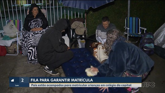 Pais formam fila para fazer matrículas de crianças em escola de Curitiba