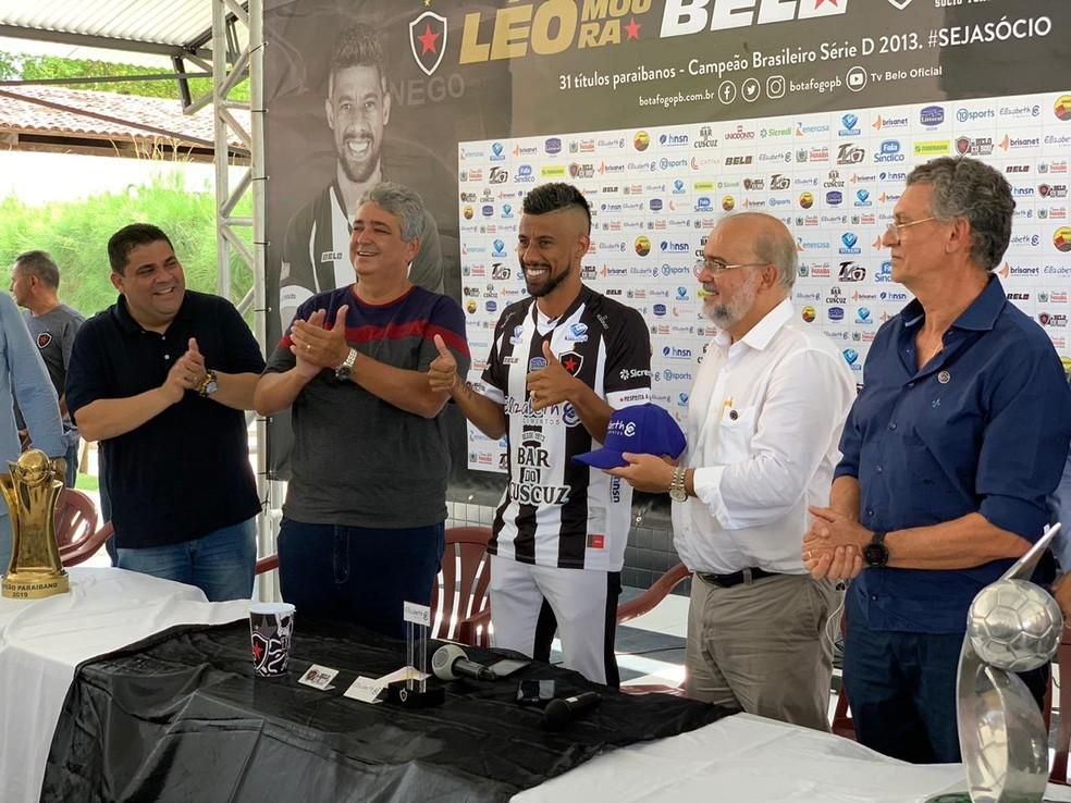 Lateral na entrevista coletiva no CT ao lado da diretoria do Botafogo-PB — Foto: Lucas Barros/TV Cabo Branco
