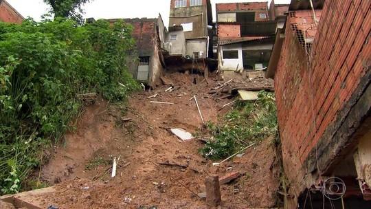 Corpos de duas crianças mortas em desabamento são enterrados