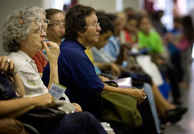 Aposentados aguardam chamada para retirar benefícios no posto do INSS e da Previdência (Foto: Arquivo/Agência Brasil)