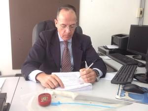 Delegado Horácio Campos apreendeu a faca e vai investigar o caso (Foto: Luara Leimig/G1)