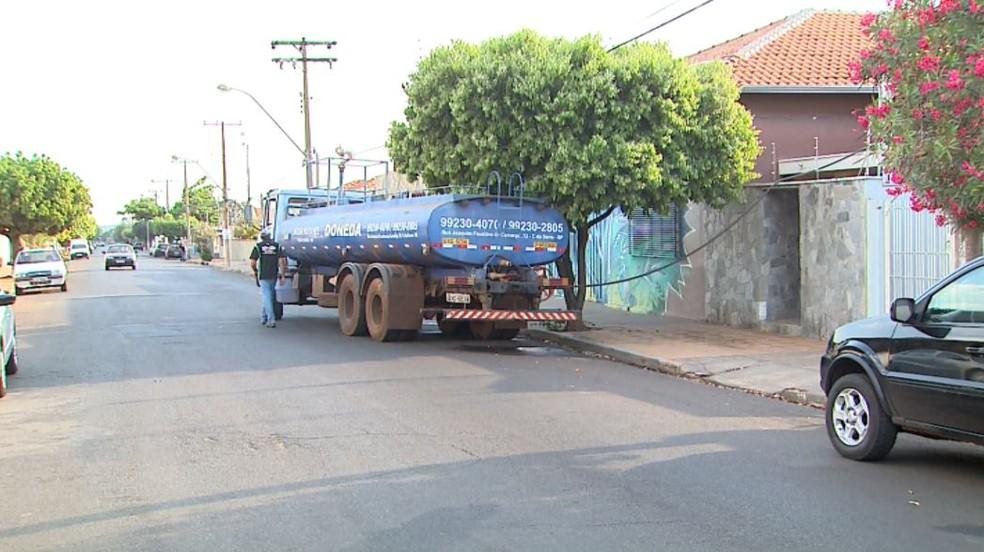 Caminhão-pipa faz abastecimento de casas em Brodowski, SP (Foto: Ronaldo Gomes/EPTV)