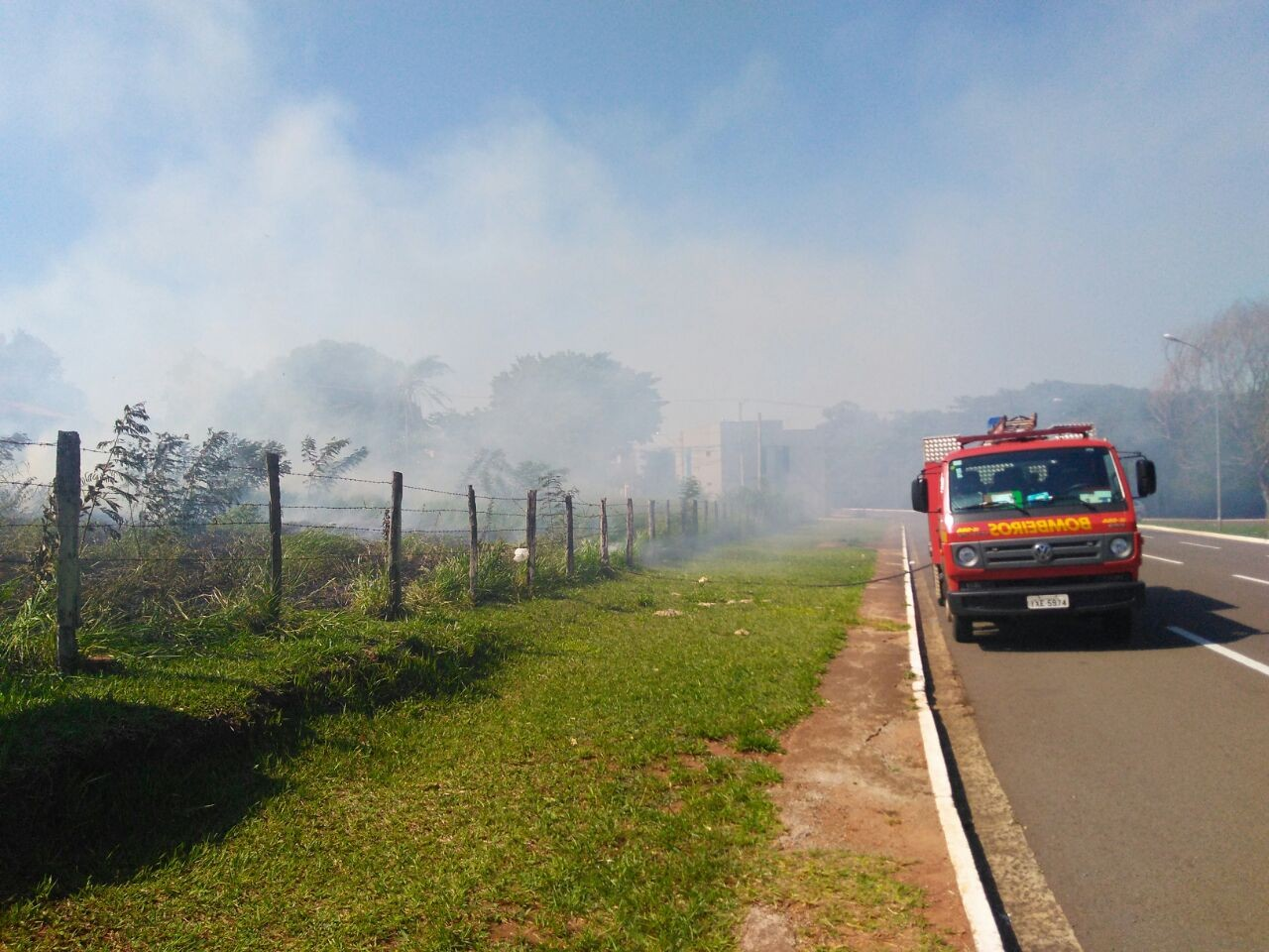 Bombeiro é acionado para conter fogo em terrenos de Campo Grande