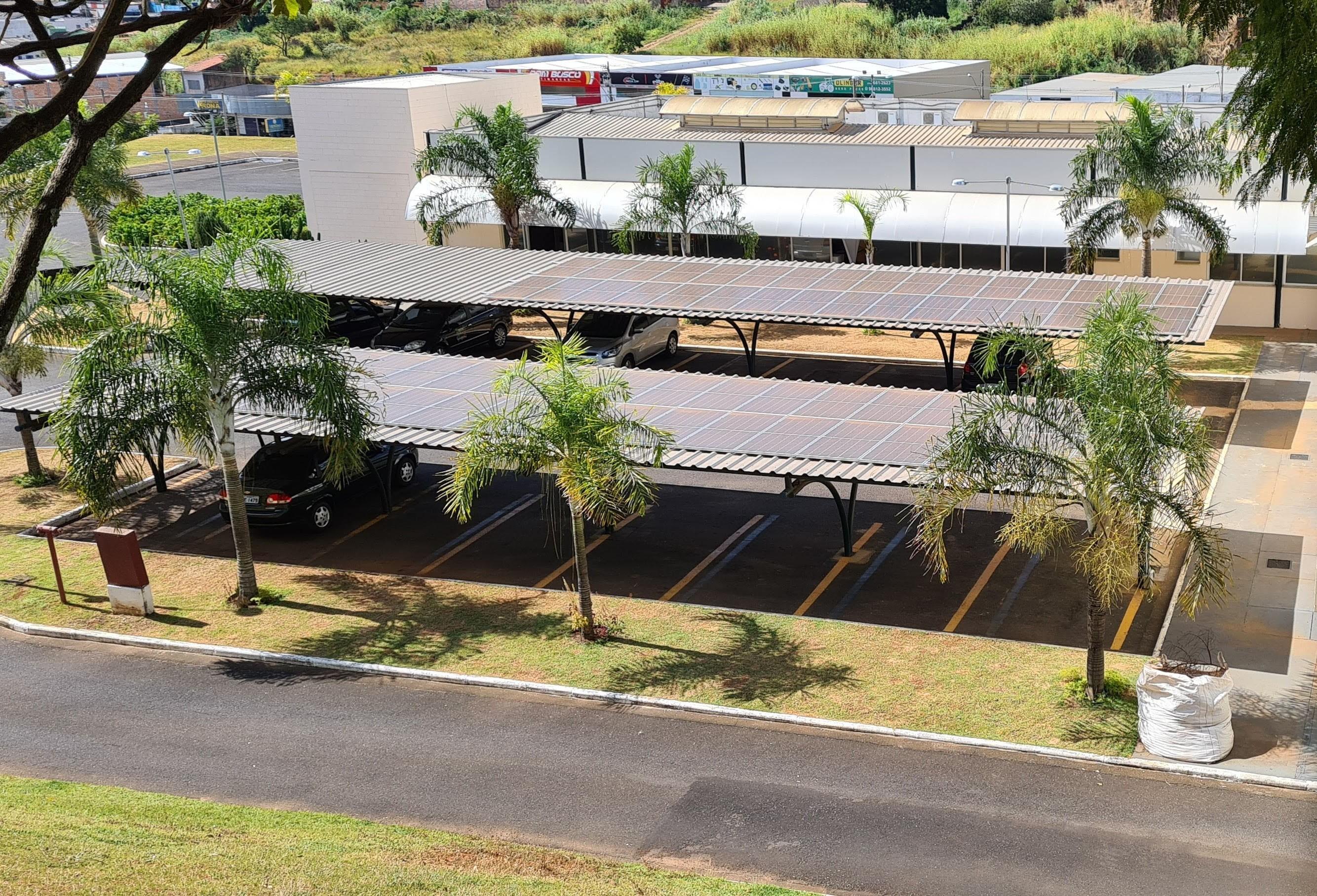 Câmara Municipal de Araxá instala usina fotovoltaica no estacionamento da instituição
