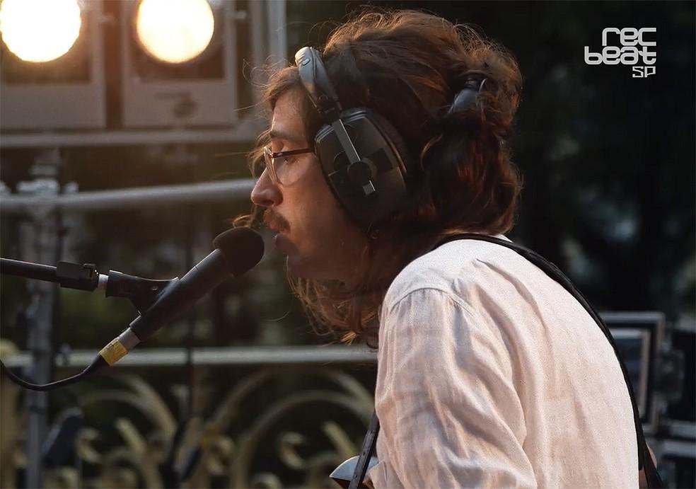 Tim Bernardes na apresentação do trio O Terno no festival 'Rec-Beat SP' — Foto: Reprodução / Vídeo