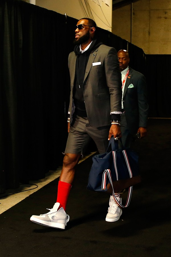 OAKLAND, CA - JUNE 03:  LeBron James #23 of the Cleveland Cavaliers arrives for Game 2 of the 2018 NBA Finals against the Golden State Warriors at ORACLE Arena on June 3, 2018 in Oakland, California. NOTE TO USER: User expressly acknowledges and agrees th (Foto: Getty Images)
