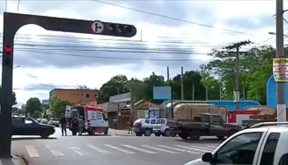 Carro da Prefeitura de Rondonópolis teria furado o sinal vermelho — Foto: Reprodução/TVCA