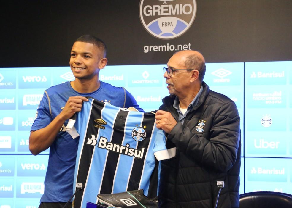 David Braz recebe camisa do Grêmio de diretor Deco Nascimento — Foto: Eduardo Moura