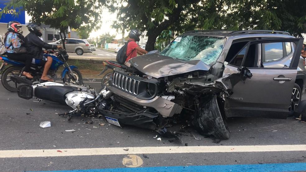 Segurança de uma empresa pilotava uma moto e morreu no local do acidente em Maceió — Foto: Douglas Lopes/TV Gazeta