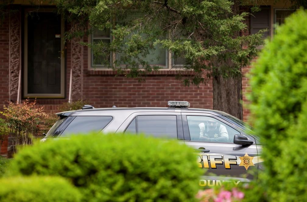 Viatura do xerife do condado de York, na Carolina do Sul (EUA), em frente a casa do ex-jogador da NFL, Phillip Adams, em foto de 8 de abril de 2021 — Foto: Sam Wolfe/Reuters